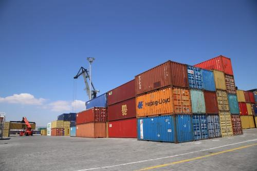 Máquina pesada carrega materiais de exportação roduzidos na Turquia em 27 de abril de 2020 [Resul Rehimov / Agência Anadolu]