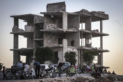 Sírios continuam a viver entre escombros e ruínas devido à guerra civil em curso, na região de Idlib, Síria, 14 de agosto de 2020 [Muhammed Said/Agência Anadolu]