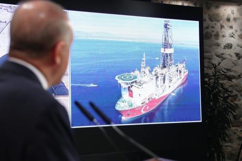 Presidente da Turquia, Recep Tayyip Erdogan, fala sobre a descoberta de uma grande reserva de gás natural na costa do Mar Negro durante uma conferência de imprensa no Gabinete de Trabalho Presidencial do Palácio de Dolmabahce em Istambul, Turquia em 21 de agosto de 2020 [TCCB / Murat Çetinmühürdar / Agência Anadolu]