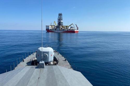 O navio Fatih Drill da Turquia, escoltado pela marinha turca, é visto ao largo do Mar Negro, 17 de setembro de 2020 [Ministério da Defesa turco / HandoutAnadolu Agência]