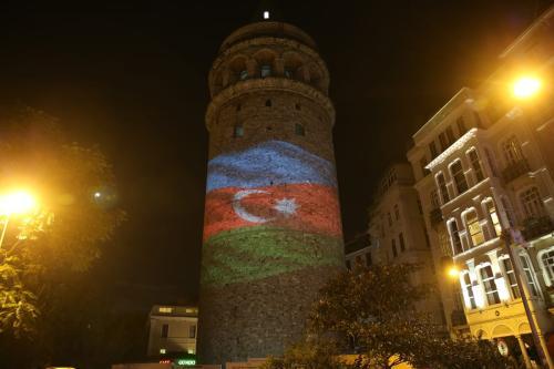 Torre Galata é iluminada com a bandeira do Azerbaijão em manifestação de solidariedade, na cidade de Istambul, Turquia, 29 de setembro de 2020 [Yasin Aras/Agência Anadolu]