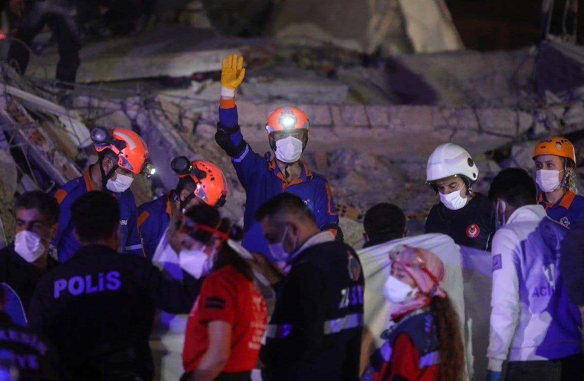 Os trabalhos de busca e resgate continuam a ser realizada em escombros de edifícios localizados em Bornova após um terremoto de magnitude 6,6 abalou a costa do Mar Egeu da Turquia, em Izmir, Turquia em 30 de outubro de 2020 [Mahmut Serdar Alakuş/Agência Anadolu]