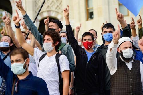 Turcos protestam contra França durante uma manifestação contra os comentários do presidente francês sobre as charges do Profeta Muhammad, em Istambul, em 25 de outubro de 2020. [Yasin Akgul/ AFP via Getty Images]