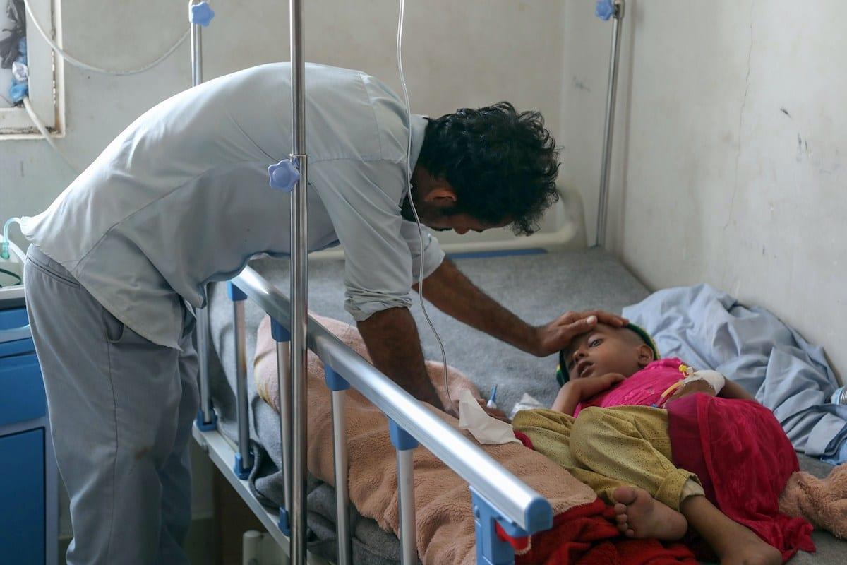 Criança iemenita com câncer em um leito de um hospital de oncologia em Taiz, sudoeste da capital Sanaa, Iêmen, 11 de março de 2019 [Ahmad al-Basha/AFP/Getty Images]
