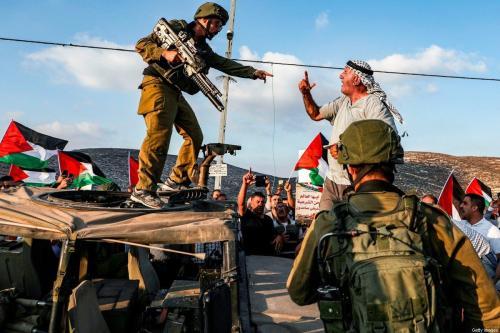 Manifestante palestino grita com um soldado israelense durante um protesto contra um exercício militar em uma área residencial perto da aldeia palestina de Naqura, a noroeste de Nablus na Cisjordânia ocupada, em 4 de setembro de 2019 [Jaafar Ashtiyeh/AFP/Getty Imagens]