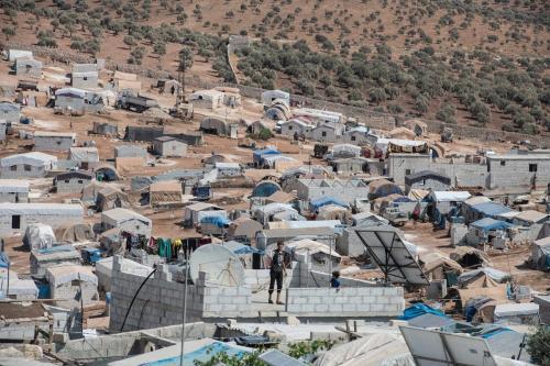 Menino sírio deslocado na laje de sua casa, na aldeia de Atmeh, que abriga quase um milhão de refugiados sírios, perto da fronteira entre Síria e Turquia, na província de Idlib, 17 de setembro de 2019 [Burak kara/Getty Images]