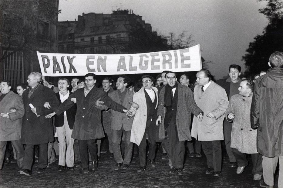 Manifestantes a favor da independência da Argélia são vistos marchando em Paris em 1961 [AFP via Getty Images]