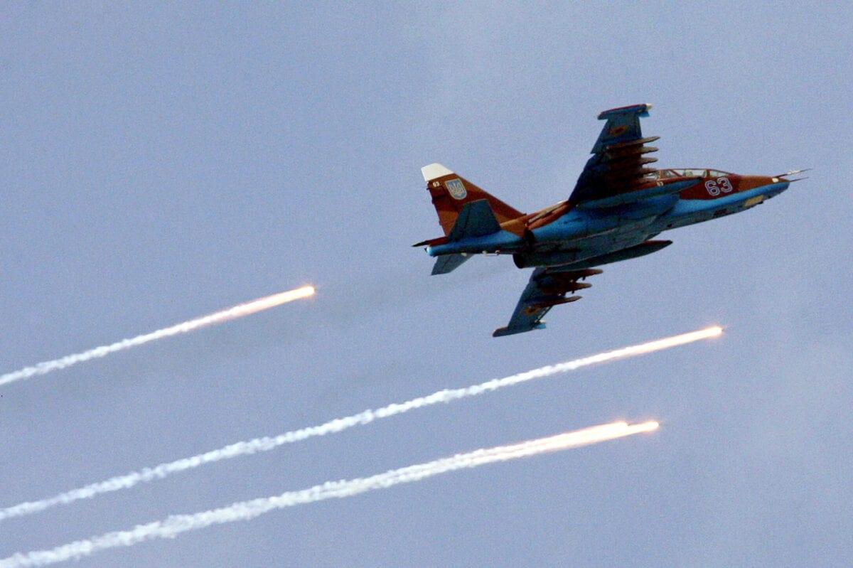 """Jato de combate SU-25 da Força Aérea da Ucrânia, durante exercícios de """"céu limpo"""" estabelecidos pelo centro de comando estratégico, perto da cidade de Mykolayiv, sul da Ucrânia, 22 de setembro de 2006 [Genya Savilov/AFP/Getty Images]"""
