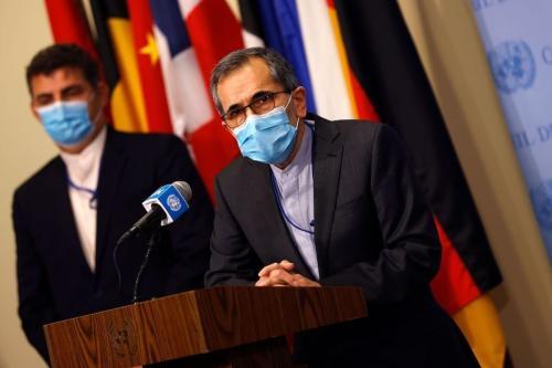 Embaixador do Irã na ONU Majid Takht Ravanch fala a repórteres após o Secretário de Estado dos Estados Unidos exortar membros do Conselho de Segurança a restaurar sanções contra o Irã, na sede da ONU, em Nova Iorque, 20 de agosto de 2020 [Mike Segar/AFP/Getty Images]