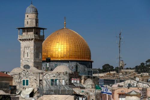 Bandeira israelense é exibida em frente ao Domo da Rocha, perto do complexo da Mesquita de Al-Aqsa, na Cidade Velha de Jerusalém ocupada, em 24 de agosto de 2020 [Ahmad Gharabli/AFP/Getty Images]