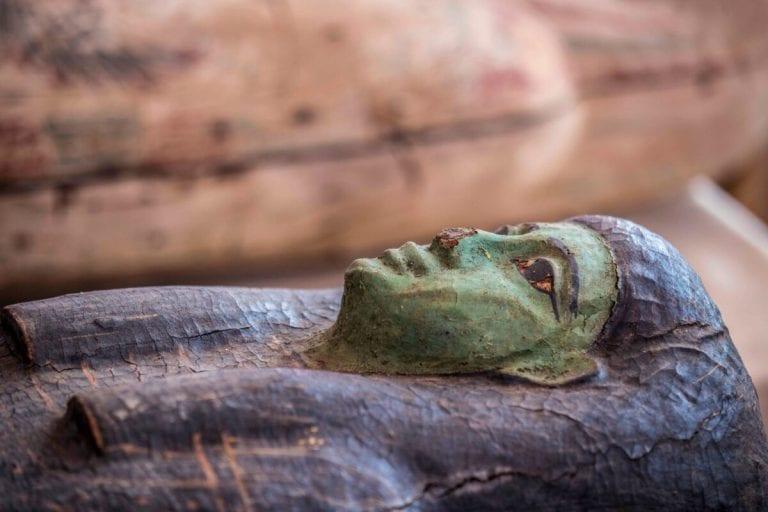 Um dos 59 sarcófagos escavados pela missão arqueológica do Egito, expostos em coletiva de imprensa na Necrópole de Saqqara, 3 de outubro de 2020 [Khaled Desouki/AFP/Getty Images]