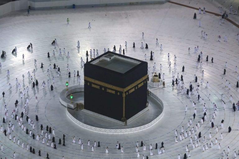 Muçulmanos residentes na Arábia Saudita circundam a Caaba (Tawaf), como parte da peregrinação da Umrah, no complexo da Grande Mesquita de Meca, em 4 de outubro de 2020 [Ministério de Hajj e Umrah da Arábia Saudita/AFP/Getty Images]