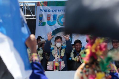 Recém-eleito Presidente da Bolívia Luis Arce acena para seus apoiadores durante comemoração, ao ser oficialmente anunciado, em 24 de outubro de 2020, em La Paz, Bolívia [Gaston Brito/Getty Images]