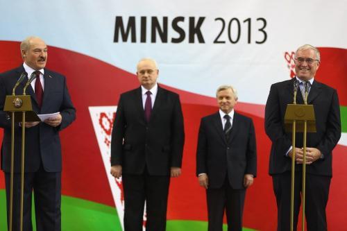 Presidente de Belarus Alexander Lukashenko (primeiro à esquerda), ao lado de Pat McQuaid (à direita), então presidente da União Ciclista Internacional, em Minsk, Belarus, 20 de fevereiro de 2013 [Michael Steele/Getty Images]