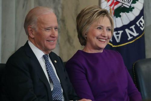 Então Vice-Presidente dos Estados Unidos Joe Biden ao lado da ex-Secretária de Estado Hillary Clinton, durante cerimônia em homenagem a Harry Reid, líder da minoria democrata no Senado, no Capitólio, em Washington DC, 8 de dezembro de 2016 [Mark Wilson/Getty Images]