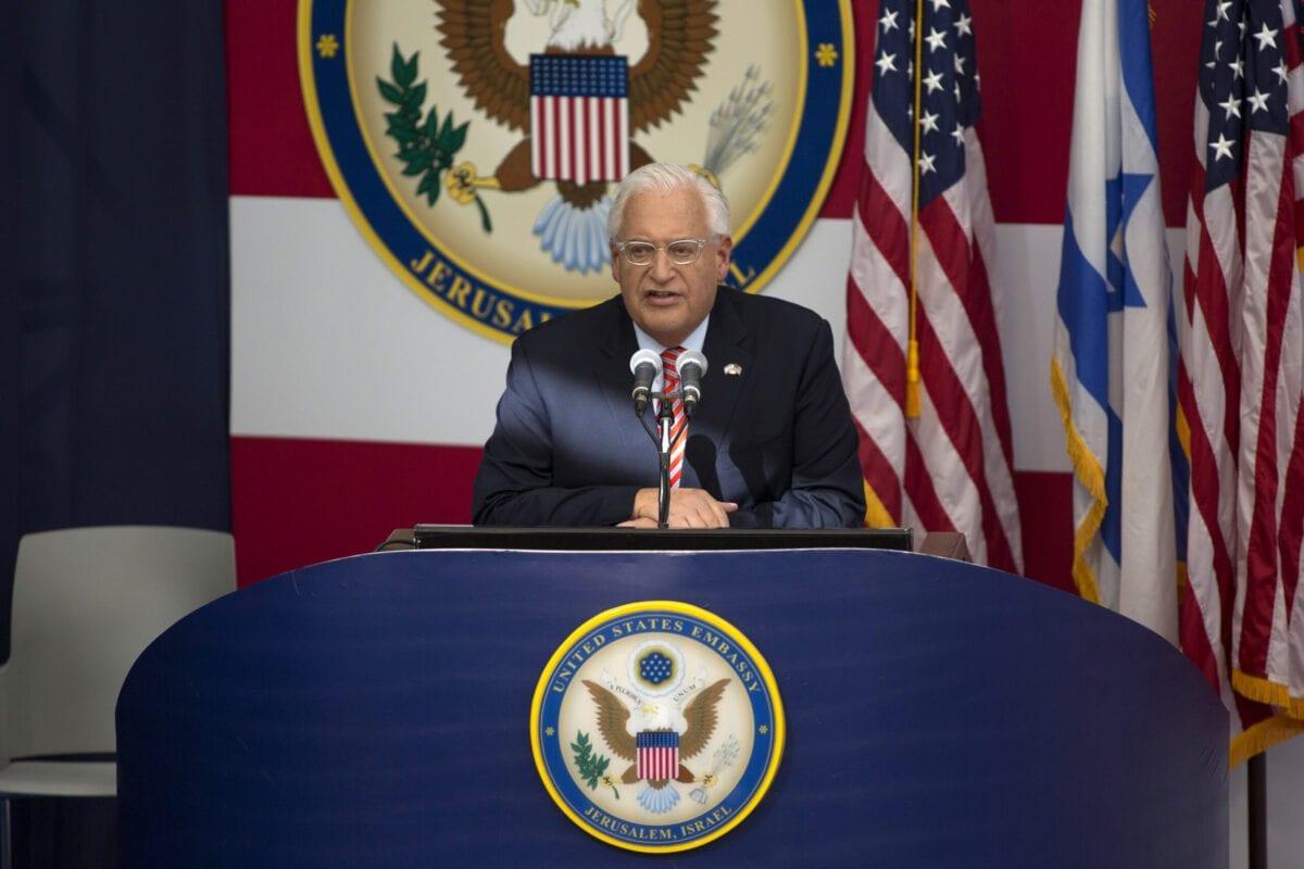 Embaixador dos EUA em Israel David Friedman fala no palco durante a abertura do Embaixada dos EUA em Jerusalém em 14 de maio de 2018 em Jerusalém, Israel [Lior Mizrahi / Getty Images]