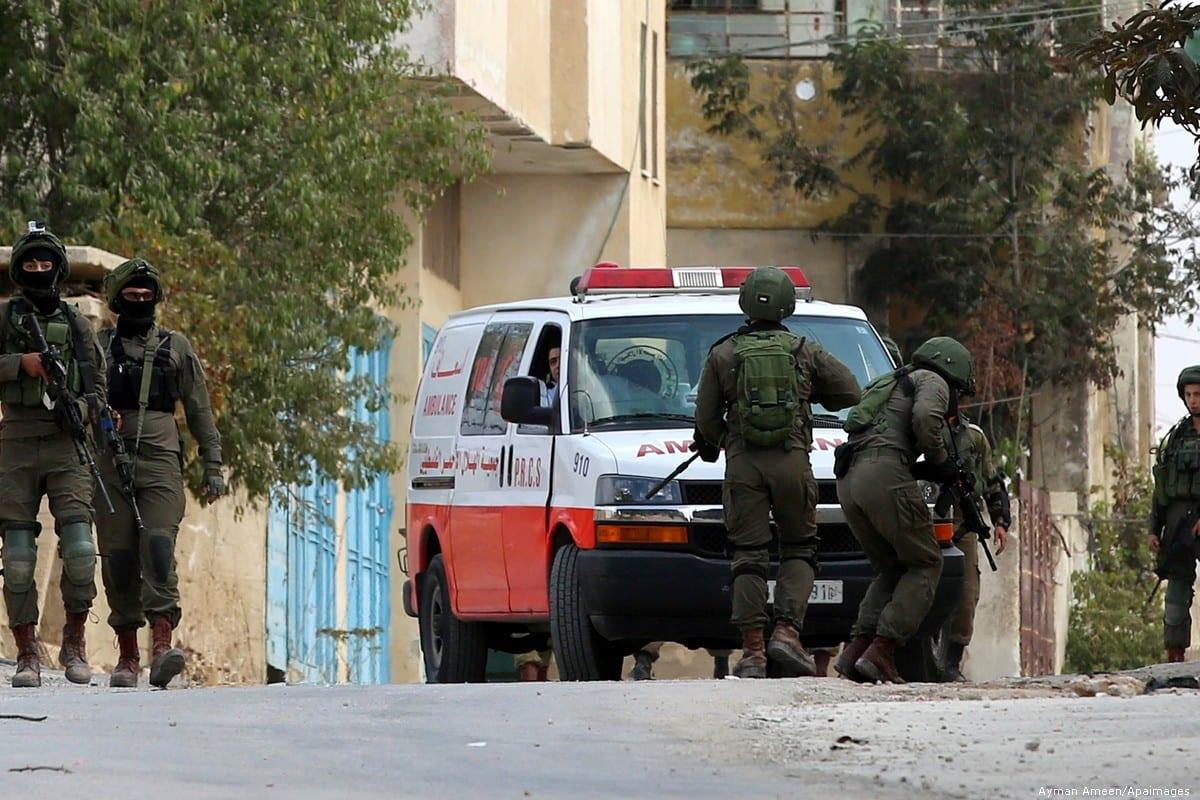 Forças de segurança israelenses impedem a movimentação de uma ambulância palestina na Cisjordânia, em 6 de outubro de 2017 [Ayman Ameen/ Apaimages]
