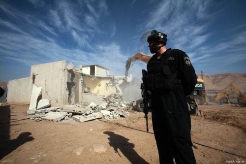 Segurança israelense guarda a área durante a demolição de uma casa palestina na Cisjordânia em 7 de novembro de 2019 [Agência Nedal Eshtayah / Anadolu]