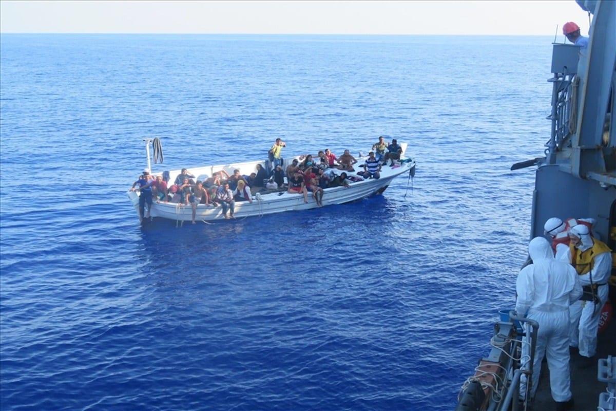 Migrantes no mar em 14 de setembro de 2020 [Ministério da Defesa Nacional / Agência Anadolu]