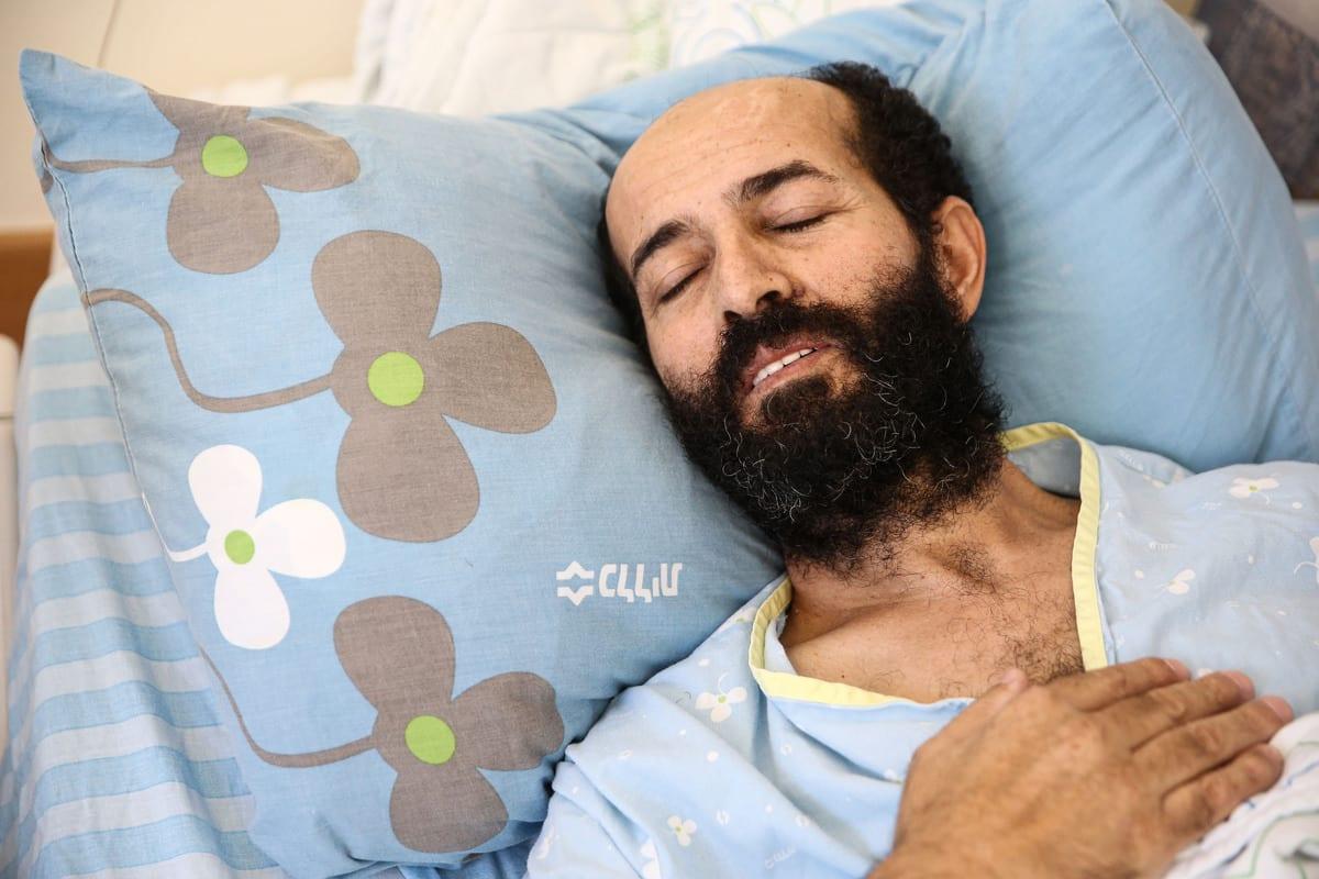 O prisioneiro palestino Maher Al-Akhras, então em greve de fome, ao receber tratamento médico em 14 de outubro de 2020 [Mostafa Alkharouf/ Agência Anadolu]