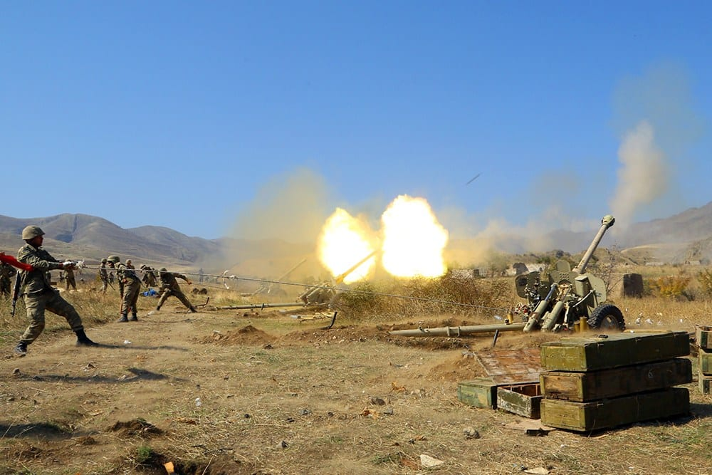 Exército do Azerbaijão disparando contra posições armênias em 20 de outubro de 2020 [Ministério da Defesa do Azerbaijão/ Agência Anadolu]