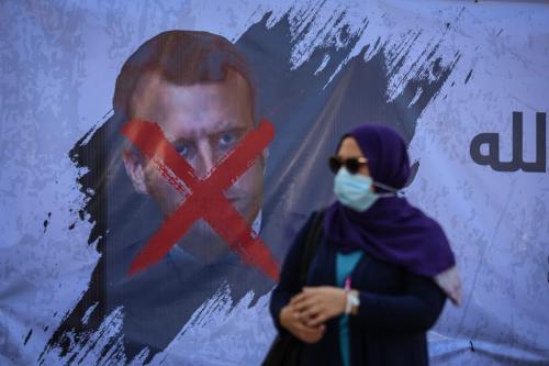 Banner pendurado no muro do Centro Cultural Francês em Gaza, em protesto às declarações sobre o Islã do Presidente da França Emmanuel Macron, na Cidade de Gaza, 28 de outubro de 2020 [Ali Jadalah/Agência Anadolu]
