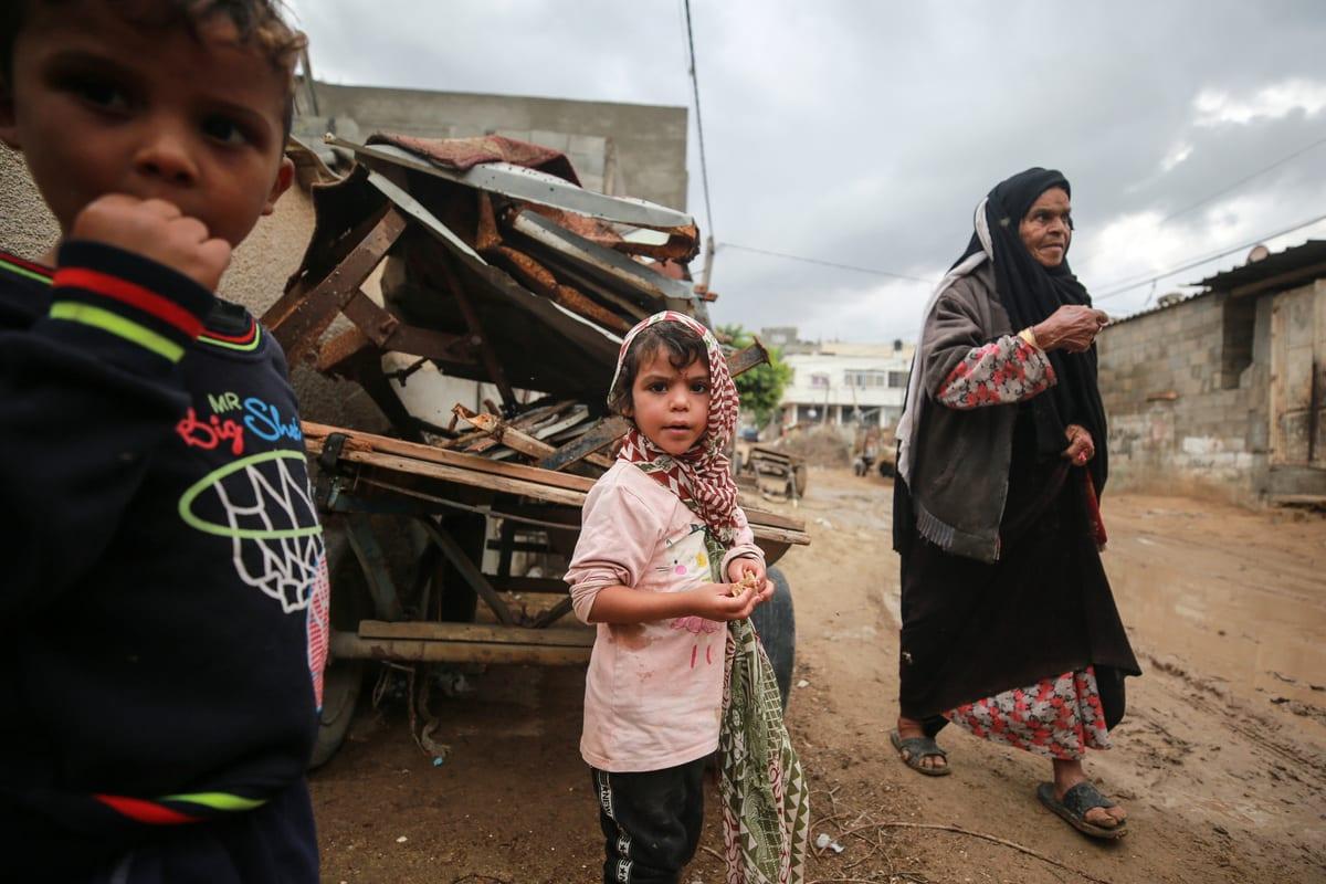 Crianças em uma estrada lamacenta na Cidade de Gaza, Gaza em 5 de novembro de 2020 [Mustafa Hassona/Agência Anadolu]