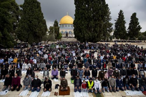 Palestinos realizam oração de sexta-feira no pátio do complexo de Al-Aqsa, na Cidade Velha de Jerusalém Oriental, em 6 de novembro de 2020 [Mostafa Alkharouf/Agência Anadolu]