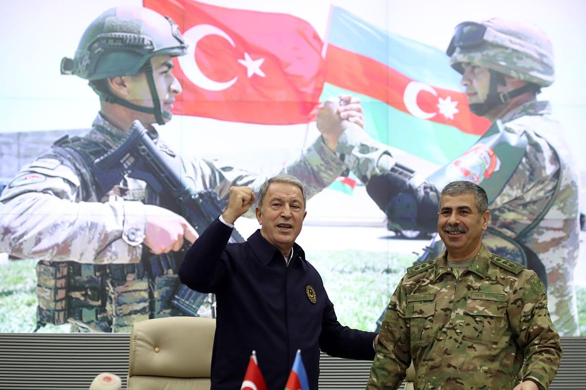 O Ministro da Defesa turco Hulusi Akar (esq) e o Ministro da Defesa do Azerbaijão, Zakir Hasanov (dir.) participam de uma cerimônia do acordo alcançado para interromper os combates pelo Nagorno-Karabakh, no Ministério da Defesa do Azerbaijão em Baku , Azerbaijão em 11 de novembro de 2020. [Arif Akdoğan - Agência Anadolu]