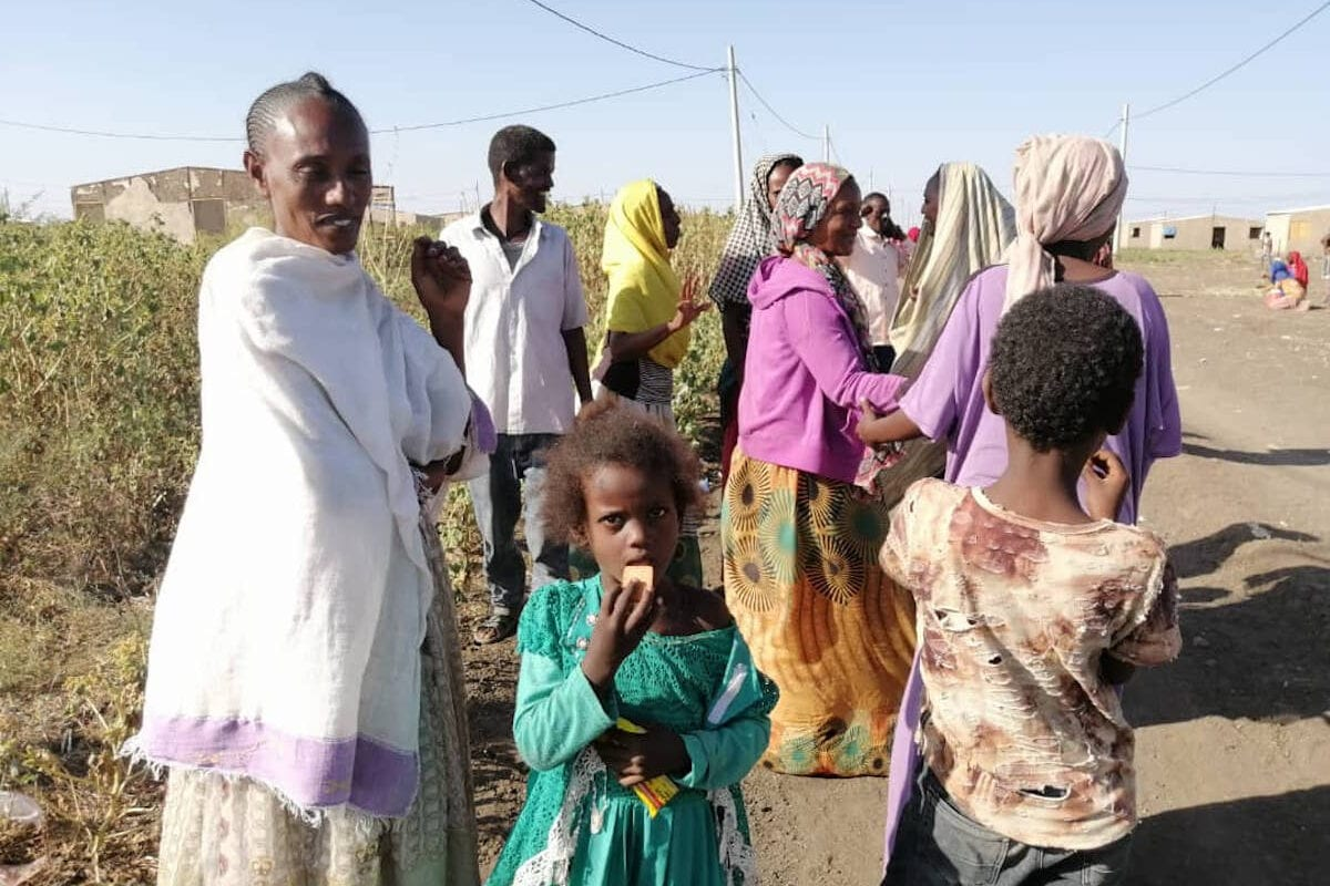 Refugiados etíopes, que saíram de seu país devido aos conflitos na região de Tigré, norte da Etiópia, entre forças do governo e a Frente de Libertação Popular do Tigré (FLPT), chegam ao estado de Al Qadarif, Sudão, em 14 de novembro de 2020 [Stringer/Agência Anadolu]