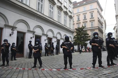 Policiais em Viena, após o ataque de 2 de novembro de 2020 [Twitter]