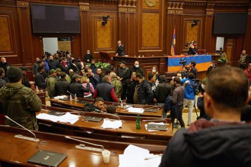 Manifestantes invadem o prédio do parlamento armênio após o anúncio de um acordo de paz na guerra entre a Armênia e Azerbaijão em 10 de novembro de 2020 [Alex McBride / Getty Images]