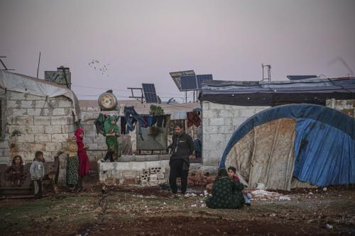 Sírios deslocados são vistos perto de suas tendas improvisadas em Idlib, Síria, em 16 de outubro de 2020 [Muhammed Said/ Agência Anadolu]
