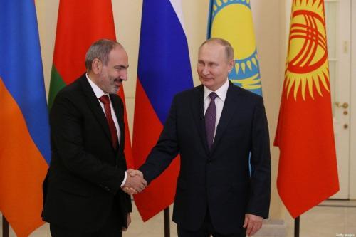 O presidente russo, Vladimir Putin (E), cumprimenta o presidente armênio, Nikol Pashinyan (D), durante cerimônia de boas-vindas, em 20 de dezembro de 2019, em São Petersburgo, Rússia. [Mijhail Svetlov/Getty Images]