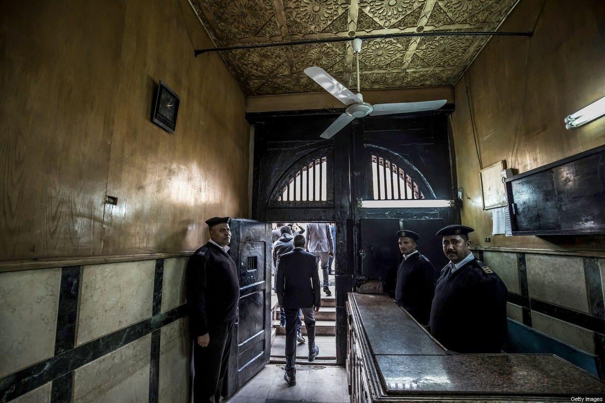 Policiais egípcios na entrada de uma prisão na capital egípcia Cairo, em 27 de maio de 2020 [Khaled Desouki/ AFP / Getty Imagens]