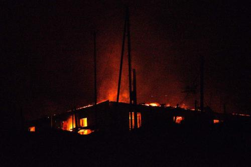 Uma casa queima em Agdam, na noite de 19 de novembro de 2020, às vésperas da devolução do território ao Azerbaijão, conforme determinado por um acordo de paz mediado por Moscou [Karen Minasyan/AFP/Getty Images]