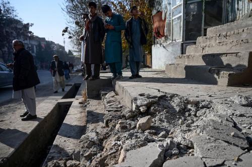 Residentes reúnem em um local atingido por diversos foguetes, na região de Khair Khana, em Cabul, Afeganistão, 21 de novembro de 2020 [Wakil Kohsar/AFP/Getty Images]