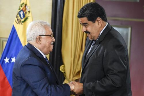 Presidente da Venezuela Nicolás Maduro cumprimenta o Presidente da Autoridade Palestina Mahmoud Abbas, durante encontro no palácio presidencial de Miraflores, em Caracas, 7 de maio de 2018 [Juan Barreto/AFP/Getty Images]