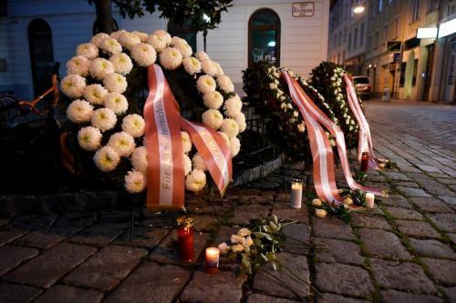 Coroas de flores em memória às vítimas de um atentado a tiros em Viena, Áustria, 3 de novembro de 2020 [Thomas Kronsteiner/Getty Images]