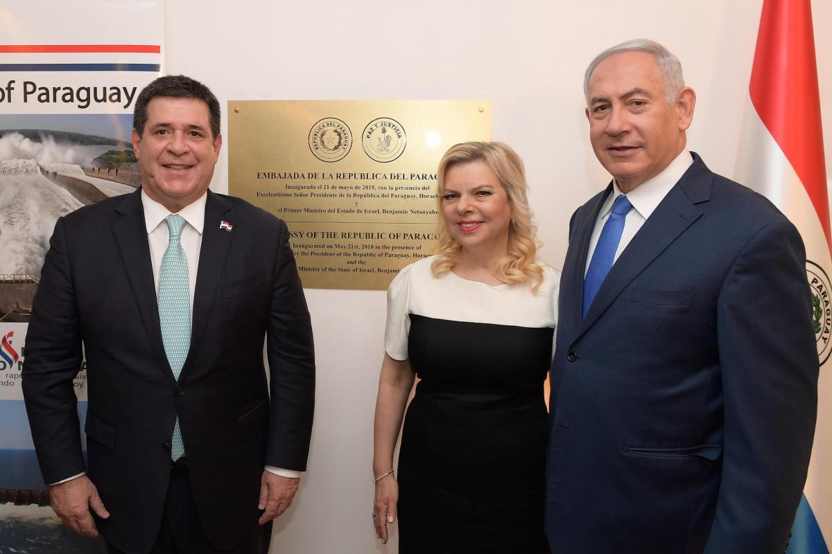 O primeiro-ministro Benjamin Netanyahu e sua esposa Sara, com o então presidente do Paraguai, Horacio Cartes, na inauguração da Embaixada do Paraguai em Jerusalém. [ Amos Ben Gershom, GPO, Fotos Públicas]