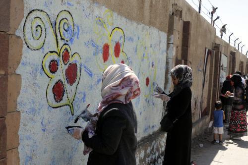 Mulheres iemenitas pintam um mural na Universidade de Sanaa, diante da guerra em curso no Iêmen, em 15 de março de 2017 [Mohammed Hamoud/Agência Anadolu]