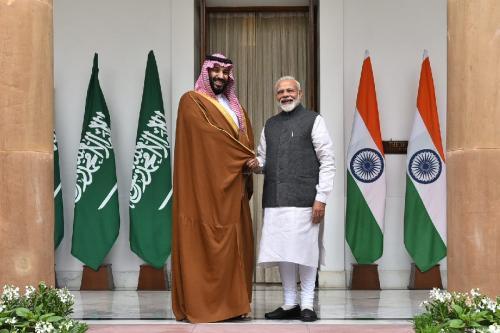 O príncipe da Arábia Saudita, Mohammad bin Salman (esq.) é recebido pelo primeiro-ministro indiano Narendra Modi (dir) em uma cerimônia oficial de boas-vindas no palácio presidencial em Nova Delhi, Índia, em 20 de fevereiro de 2019 [Ministério das Relações Exteriores da Índia / Agência Anadolu]