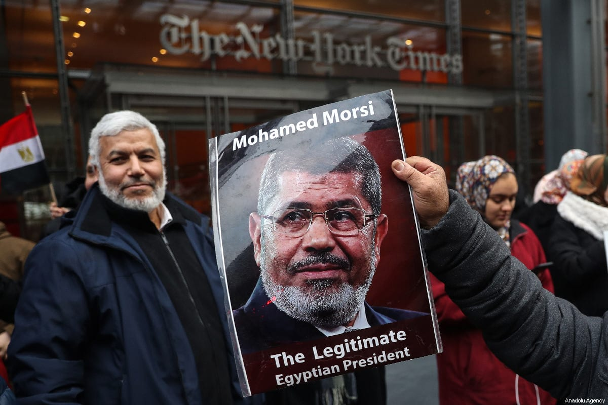 Manifestante segura um pôster do falecido ex-presidente egípcio Mohamed Morsi durante um protesto em Nova York, EUA em 2 de março de 2019 [Atılgan Özdil / Agência Anadolu]