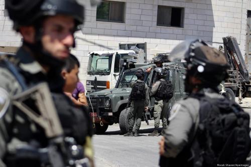 Soldados israelenses montam guarda na Cisjordânia ocupada, 8 de agosto de 2019 [Mosab Shawer/Apaimages]