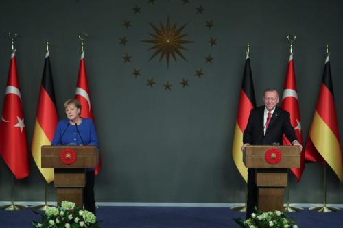 A chanceler alemã Angela Merkel e o presidente da Turquia, Recep Erdogan, em Istambul, Turquia, em 24 de janeiro de 2020 [Agência Mustafa Kamacı / Anadolu]
