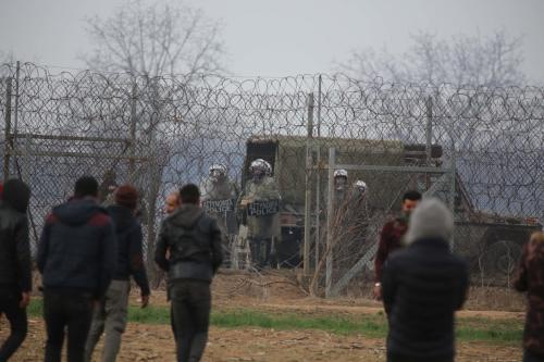 Alguns dos migrantes irregulares continuam esperando na linha de fronteira entre a Turquia e a Grécia, em Edirne, Turquia, em 4 de março de 2020 [Hakan Mehmet Şahin / Agência Anadolu]