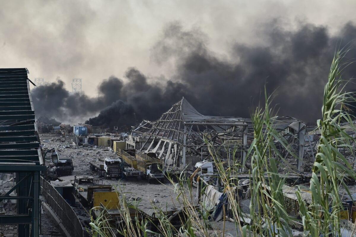 A fumaça sobe após um incêndio em um armazém com explosivos em Porto de Beirute que levou a explosões massivas em Beirute, no Líbano, em 4 de agosto de 2020. [Houssam Shbaro/Agência Anadolu]