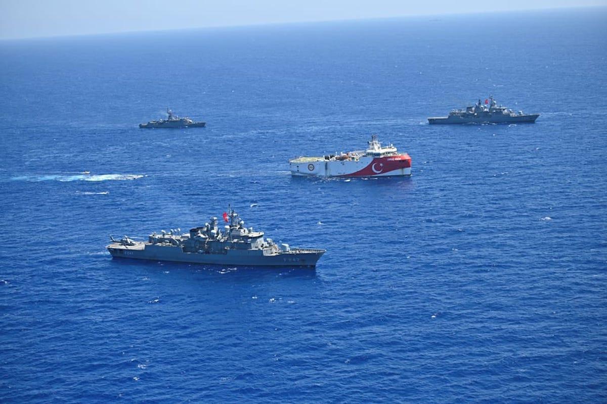 Embarcação de pesquisa sismológica Oruc Reis é escoltado por navios da Marinha da Turquia, no Mediterrâneo Oriental, em 20 de agosto de 2020 [Ministério de Defesa Nacional da Turquia/Agência Anadolu]