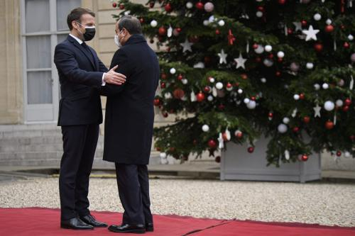 Presidente da França, Emmanuel Macron (L) dá as boas-vindas ao Presidente do Egito, Abdel Fattah Al-Sisi (R) antes das conversas no Palácio o Eliseu, em Paris, França, em 7 de dezembro de 2020. [Julien MattiaAgência Anadolu]