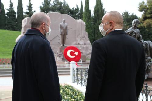 O presidente turco Recep Tayyip Erdogan (esq) e o presidente azerbaijani Ilham Aliyev (dir) visitam o túmulo de Heydar Aliyev, ex-presidente do Azerbaijão, em Baku, Azerbaijão em 10 de dezembro de 2020 [Presidência da TUR / Murat Cetinmuhurdar / Agência Anadolu]